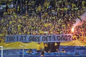 Br�ndbyfans med banner der h�ner FCK-fans