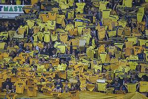 Br�ndbyfans holder deres gule tr�je over hovedet
