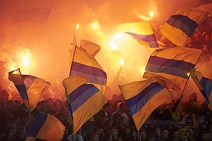 Br�ndbyfans med flag og romerlys