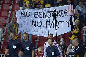 Svenske fans med banner mod Bendtner