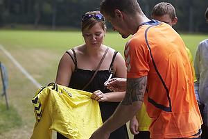Mikkel Thygesen (Br�ndby IF) skriver autograf til en fremm�dt br�ndbyfan