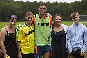 Johan Elmander (Br�ndby IF) med en gruppe br�ndbyfans efter tr�ning