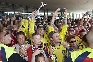 Liverpool-fans venter p� spillerbussen