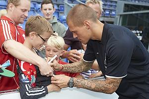 Martin Skrtel (Liverpool FC) skriver autografer