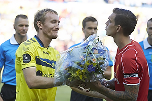 Thomas Kahlenberg (Br�ndby IF) med blomster til Daniel Agger (Liverpool FC)