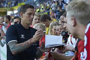 Daniel Agger (Liverpool FC) skriver autografer