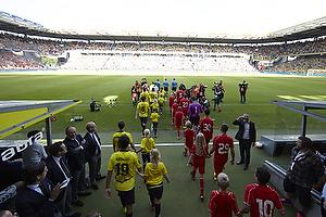Liverpool FC og Br�ndby IF g�r ind p� et fyldt Br�ndby Stadion