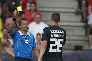 Michael Tykgaard, dommer giver dvarsel til Patrick Banggaard Jensen (FC Midtjylland)