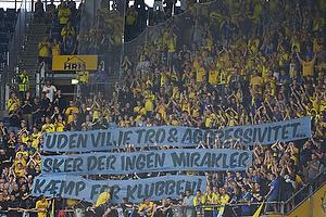 Br�ndbyfans med banner til spillerne