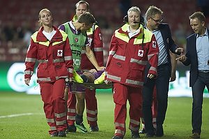 Kristian Bach Bak Nielsen (FC Midtjylland) b�res fra banen