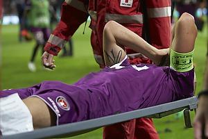 Kristian Bach Bak Nielsen (FC Midtjylland) b�res skadet fra banen