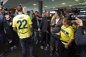 Daniel Agger (Br�ndby IF) hilser fans
