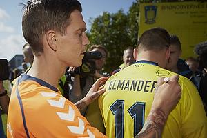 Daniel Agger (Br�ndby IF) skriver autografer til fans