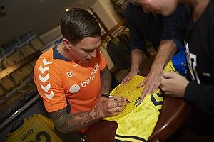 Daniel Agger (Br�ndby IF) skriver autografer i Br�ndbyshoppen