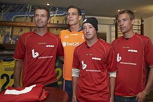 Daniel Agger (Br�ndby IF) med repr�sentanter fra hjeml�se landsholdet