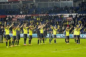 Spillerne hilser p� Sydsiden efter sejren