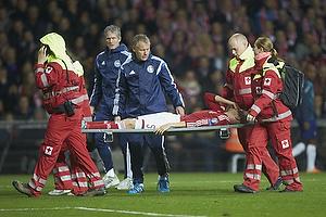Nicolai Boilesen (Danmark) b�res fra banen med hjernerystelse