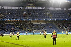 Kontroll�rer p� banen for at lappe huller i gr�sset p� Br�ndby Stadion