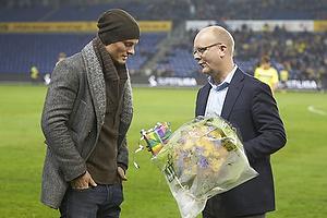 Per Rud, sportschef (Br�ndby IF) med blomster til Mikkel Thygesen (Br�ndby IF)