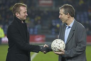 Kim Vilfort, talentchef (Br�ndby IF) modtager kampbolden fra Roma kampen