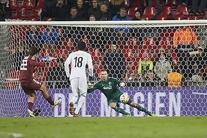 Amauri (Torino FC) sparker straffespark p� Stephan Andersen (FC K�benhavn)