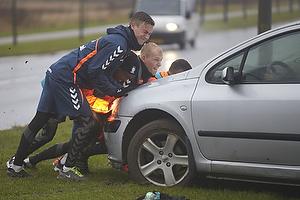 Br�ndbyspillerer skubber bil der sidder fast i mudder