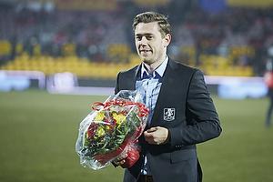 Kasper Lorentzen (FC Nordsj�lland) indstiller karrieren og modtager blomster