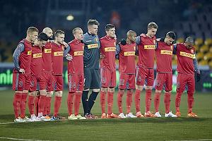 FC Nordsj�lland-spillerne holder 1. minuts stilhed for at markere weekendens terrorangreb i K�benhavn
