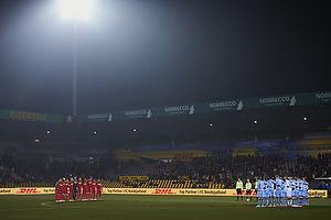 FC Nordsj�lland og Randers FC-spillerne holder 1. minuts stilhed for at markere weekendens terrorangreb i K�benhavn