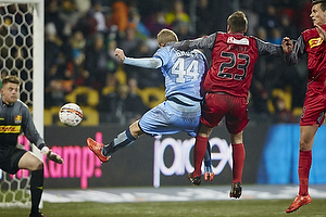 Mario Ticinovic (FC Nordsj�lland) beg�r straffestpark p� Nicolai Brock-Madsen (Randers FC)