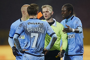 Dennis Mogensen, dommer udviser Elmar Bjarnason (Randers FC) med hans anden advarsel, Djiby Fall (Randers FC)