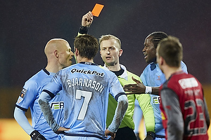 Dennis Mogensen, dommer udviser Elmar Bjarnason (Randers FC) med hans anden advarsel