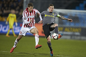 Daniel Agger, anf�rer (Br�ndby IF), Nicklas Helenius (Aab)