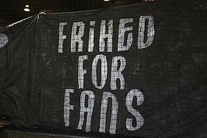 Br�ndbyfans med protestbanner mod awaykort