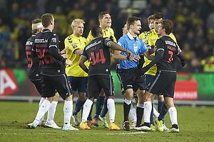 Johan Larsson (Br�ndby IF), Sylvester Igboun (FC Midtjylland), Kenn Hansen, dommer, Jakob Poulsen (FC Midtjylland), Daniel Agger (Br�ndby IF)