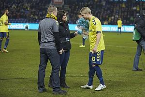 Lasse Hjorth, formand (Br�ndby Support) og Sarah Agerklint, n�stformand (Br�ndby Support) med blomster til Johan Larsson (Br�ndby IF)