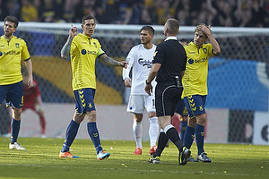 Daniel Agger, anf�rer (Br�ndby IF), Jakob Kehlet, dommer, Teemu Pukki (Br�ndby IF)