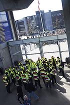 Vagter klar til at �bne d�rene