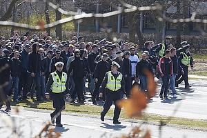 FCK-fans ankommer med politi