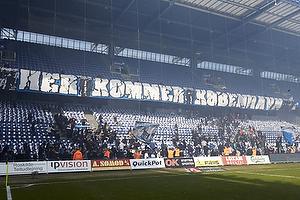 FCK-fans kommer ind p� udeholdets tribune samtidig med FCK-spillerne
