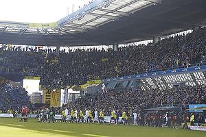 De to hold g�r ind p� et fyldt Br�ndby Stadion