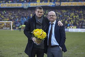 Mikkel Thygesen (Br�ndby IF) modtager blomster af Per Rud, sportschef (Br�ndby IF)