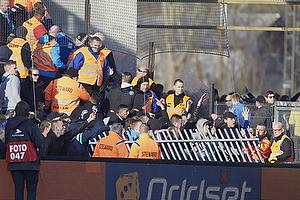 FCK-fans v�lter et hegn og holdes tilbage af kontroll�rer