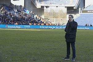 Anders H�rsholt, direkt�r (FC K�benhavn) p� Br�ndby Stadion hvor FCK-fans laver ballade i baggrunden