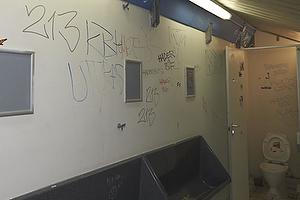 Grafiti p� udebaneafsnittet p� Br�ndby Stadion efter derbyet imellem Br�ndby IF og FC K�benhavn