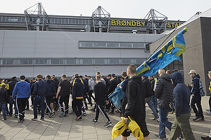 Fans p�vej til til kamp p� Br�ndby Stadion