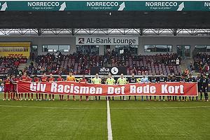 De to hold og dommerne giver racismen det r�de kort