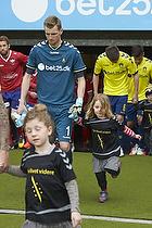 Lukas Hradecky (Br�ndby IF) med et organdoner-barn