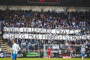 Ob-fans med protestbanner mod awaykort