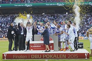Thomas Delaney, �rest pokalfighter (FC K�benhavn) modtager pokalen af Marianne Jelved, kulturminister